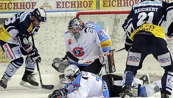 Fribourg-Goalie Benjamin Conz vertedigt gegen Paolo Duca