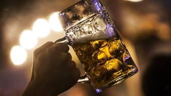 Der Preis für ein Mass Bier am Oktoberfest soll in den nächsten drei Jahren gleich bleiben. Das ist rechtlich zulässig, wie die bayrische Landeskartellbehörde entschied. (Symbolbild)