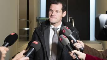 Ein verkniffener Pierre Maudet spricht am Mittwoch zu den Medien in Bern.