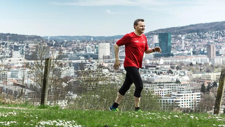 Über den Mittag schnell 1,5 Stunden Lauftraining: Bernhard Guhl an Zürichs Stadtrand beim Schützenhaus Albisrieden, nahe seinem Arbeitsort.