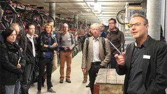 Reto Schaffer (rechts), Geschäftsführer der Trinamo AG, erläutert die Funktion der Velostation.