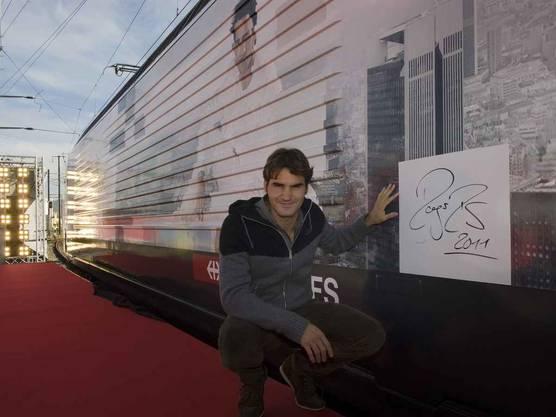 Roger Federer bei der Einweihung einer Roger-Federer-Lok mit der Aufschrift der Nationale Suisse und seinem Bild in Basel