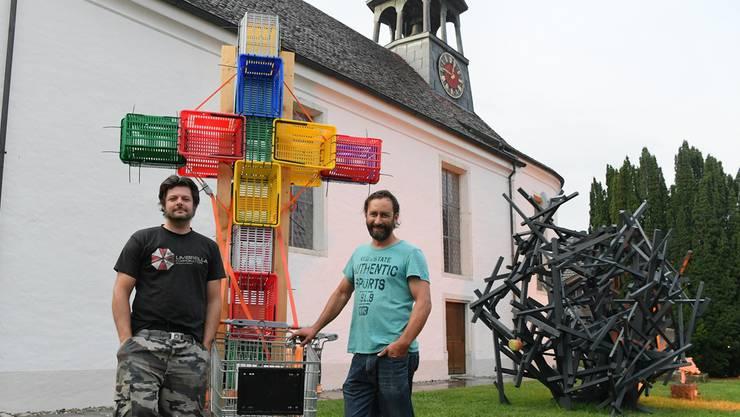 Von lins: Pierre-Alain Münger und Simon Berger mit ihren Werken, vorerst im Aussenbereich der Alten Kirche.