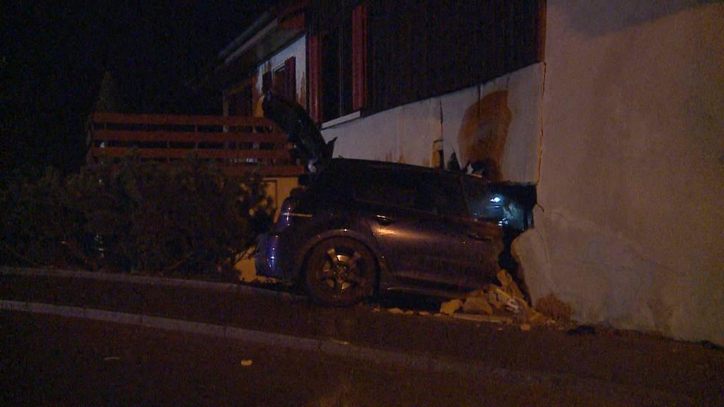 Unfall in Seon: Auto donnerte in eine Hausmauer