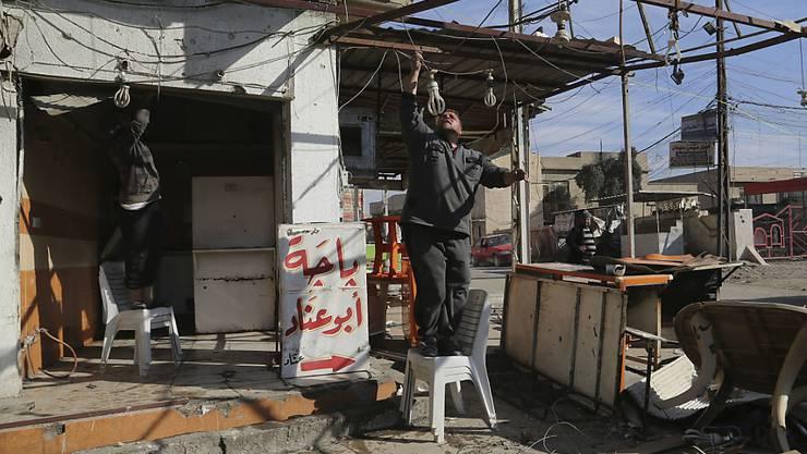 Auf der Ostseite Mossuls, wo der IS weitgehend besiegt ist, machen sich die Bewohner daran, ihre Läden und Restaurants wieder instand zu stellen.