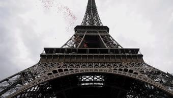 Ein Element der Originaltreppe des Eiffelturms wird versteigert.