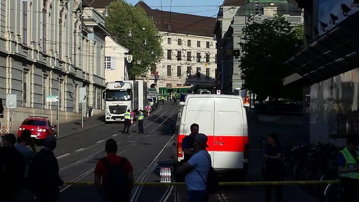 Die Polizei sperrte das Gebiet um den Tinguely-Brunnen nach dem Bombenalarm am Freitag grossräumig ab.