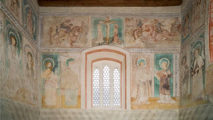 Aus dem Osten kommt das Licht: Die gotischen Spitzbogenfenster stellen die Auferstehung dar. Darüber die Kreuzigung Jesu – links davon teilt der heilige Martin seinen Mantel, rechts tötet der heilige Georg den Drachen. Alex Spichale