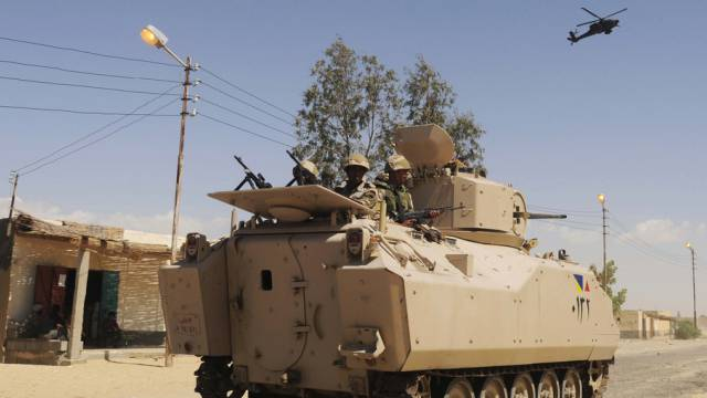 Ägyptische Soldaten patrouillieren im Norden Sinais (Archiv)
