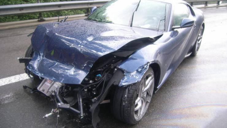 Niemand verletzt, aber 350'000 Franken Sachschaden: Am Sonntagabend verlor ein Autofahrer auf der A2 bei Wassen UR die Herrschaft über seinen Ferrari.