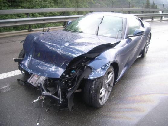 Wassen UR, 14. Juli: Ein 47-Jähriger hat auf der Autobahn A2 bei Wassen einen Ferrari zu Schrott gefahren. Er verlor die Herrschaft über den Sportwagen, schleuderte über die Fahrbahn und prallte in eine Leitplanke. Verletzt wurde niemand, der Schaden beträgt 350'000 Franken.