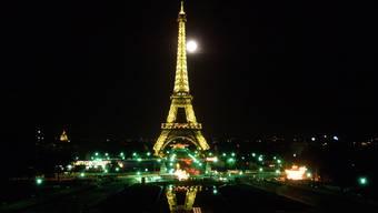 Der Eiffelturm bei Vollmond: Nicht nur dank seinen Sehenswürdigkeiten gehört Frankreich zu den romantischsten Ländern der Welt.