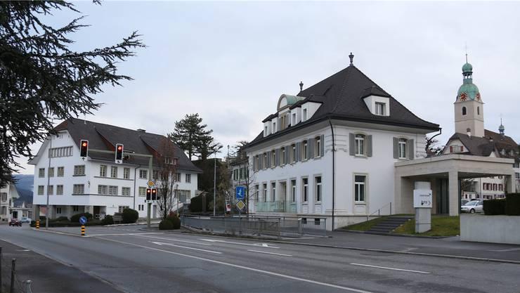 Aus dem Gemeindehaus «Krone» (links) soll die Schönenwerder Gemeindeverwaltung ins Bankgebäude der CS (Vordergrund) umziehen.