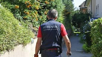 Nach dem Fund zweier Toter in Zürich untersucht das Forensische Institut eine Liegenschaft in Albisrieden.