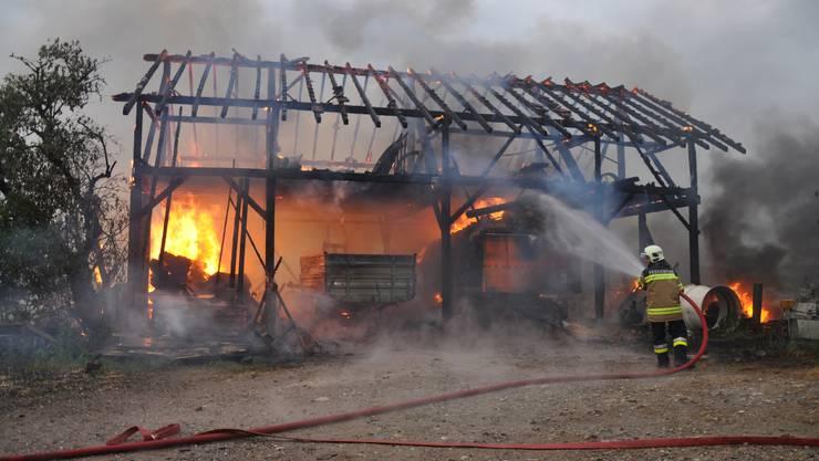 Dieser Schopf in Hüniken brannte am Freitagabend komplett nieder.