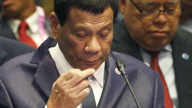 Hält bei internationalen Konferenzen gern ein Nickerchen: Der philippinische Präsident Rodrigo Duterte , hier am Asean-Gipfel in Singapur. l