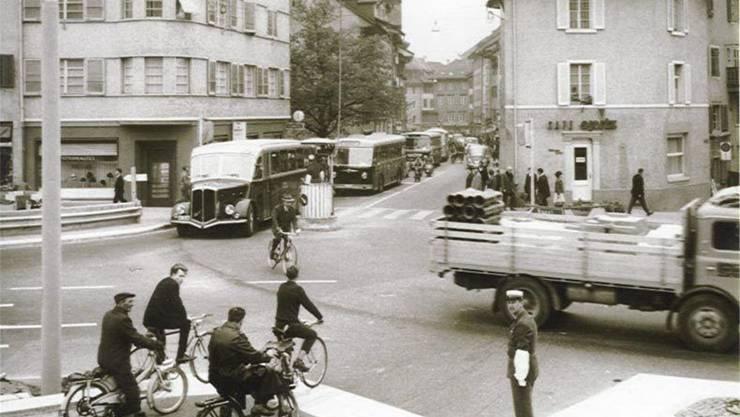1955 durften noch Autos und Busse durch die Weite Gasse (hinten) fahren.