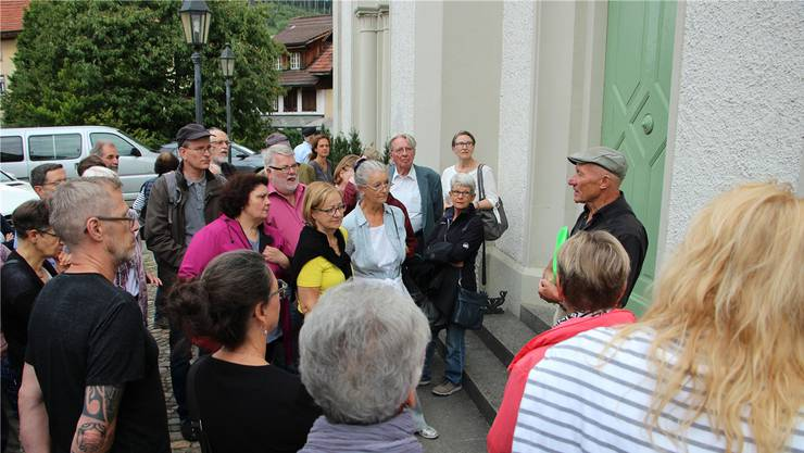 Hansjörg Tschofen (rechts) vom Kulturkreis Surbtal erläutert die Geschichte der um 1850 erbauten Synagoge in Endingen.