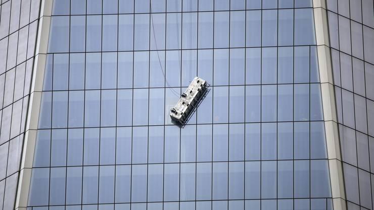 Hoch über New York warteten die Fensterputzer am World Trade Center auf Hilfe, bis schliesslich die Feuerwehr den Männern zu Hilfe eilte
