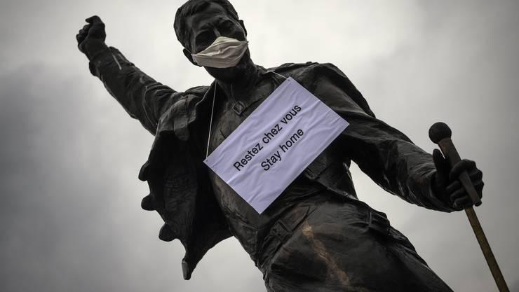 """Die Statue von Freddie Mercury in Montreux trägt eine Maske. Und appelliert an die Bevölkerung: """"Bleibt zuhause!"""""""