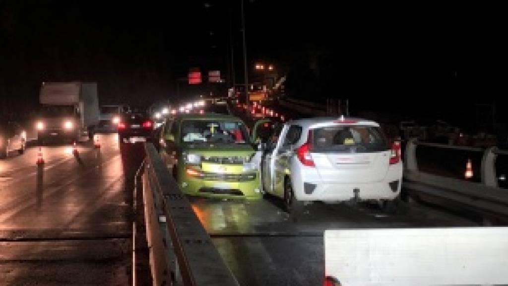 Die zwei ineinander geprallten Autos auf der A16 bei Biel.
