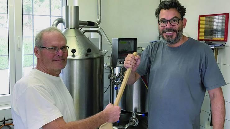 Gilbert Oberson kann die Brauerei an Coop-Pressechef Urs Meier übergeben.