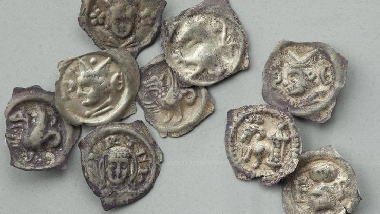 Die 238 mittelalterlichen Münzen lagen in einem Wald zwischen Winterthur und Zürich. Im Bild ein Teil des Fundes.