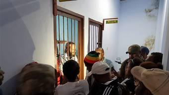 Jakub Skrzypski in seiner Zelle im Polizeihaft Wamena.