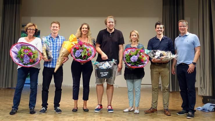 Foto von links nach rechts: Lotti Bühlmann, Tobia Gaffuri, Nicole Studer, Philip Kämpf, Melanie Hodel, Cyril Mauderli und Schulleiter Christoph Lutz