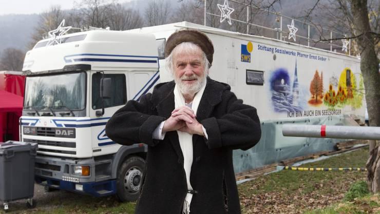 Pfarrer Ernst Sieber vor seinem Pfuusbus