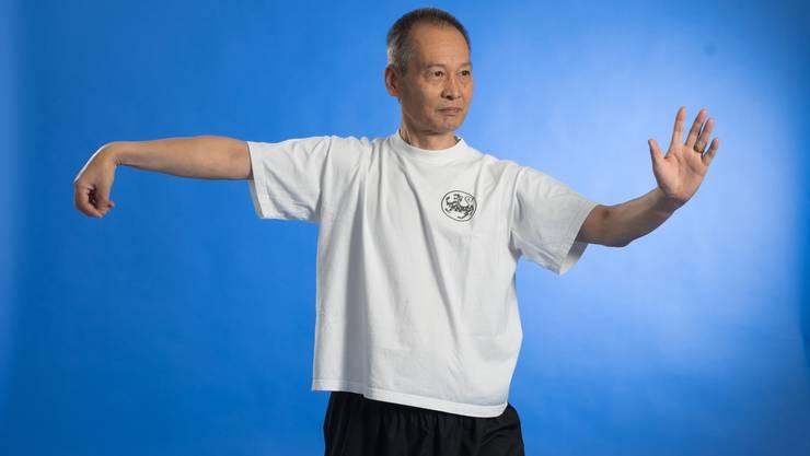 Verfügt über 40 Jahre Erfahrung in Qi Gong und Tai Chi. Spricht fliessend Deutsch.