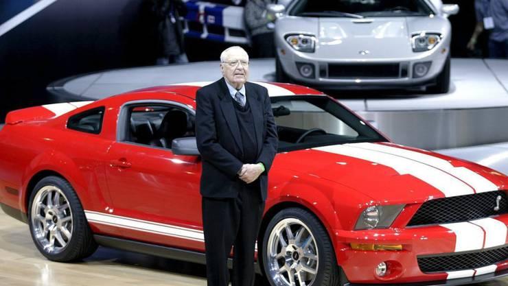 Der frühere Rennfahrer Carroll Shelby bei der Einführung des Ford Shelby Cobra GT500 im März 2005 führte bereits den Shelby Cobra 427 zum Erfolg.