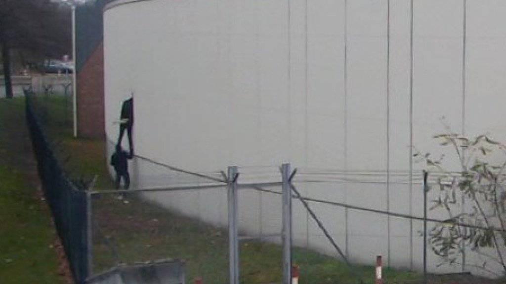 Die Aufnahme einer Überwachungskamera zeigt die Flucht der Häftlinge. Einer hat sich nun gestellt.