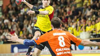 Entschlossen: Tomas Babak von St. Otmar St. Gallen setzt sich gegen Schaffhausens David Grabak energisch durch
