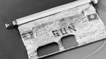 """Schweizer """"Flagge"""" auf dem Mond: Der vom Berner Physikprofessor Johann Geiss entwickelte Vakuumzylinder, in dem sich ein Stück Sonnensegel befindet, war auf der Apollo 11 Mission 1969 zum Mond mit an Bord."""