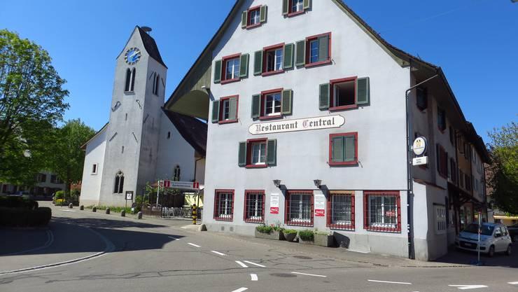 Frenkendorf mit seiner Kirche und dem Restaurant Central: Vieles liegt auf Eis, Sitzungen sind gestrichen. Schulrat und Sozialhilfebehörde sind mit Videokonferenzen ausgerüstet. (Archivbild)
