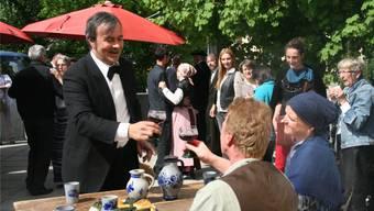Bernhart Matter stösst mit den Richners in der «Herberge» in Teufenthal an. WPO