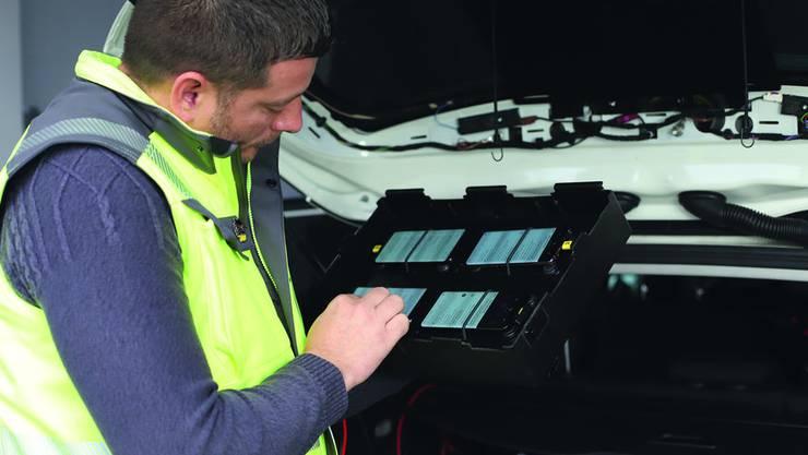 Hier werden Test-Smartphones für die Messungen vorbereitet.