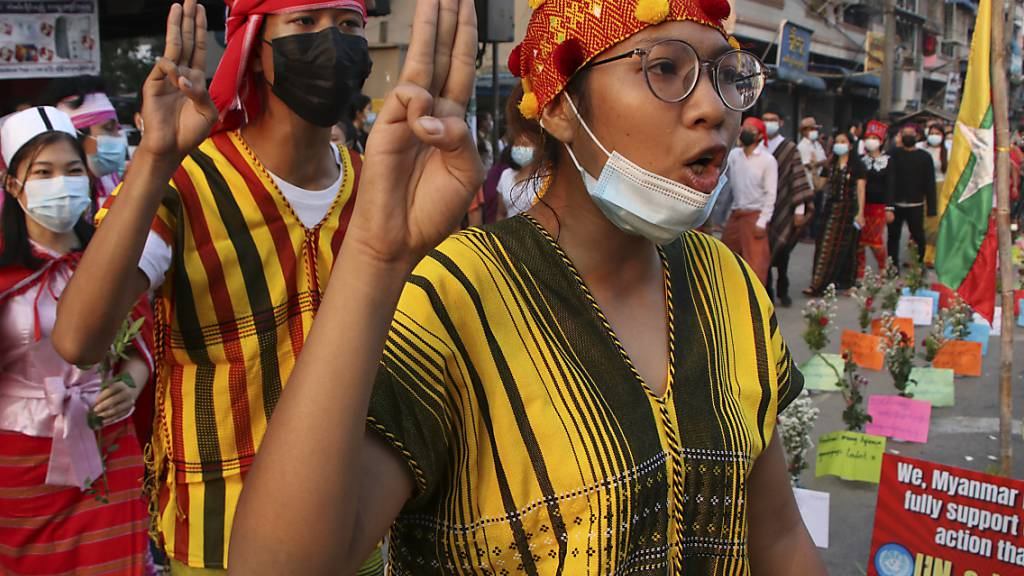 Demonstranten nehmen an einem Protest gegen die Militärjunta in Myanmar teil. Die Militärjunta hat am 24. März mehr als 600 festgenommene Demonstranten freigelassen. Foto: Uncredited/AP/dpa
