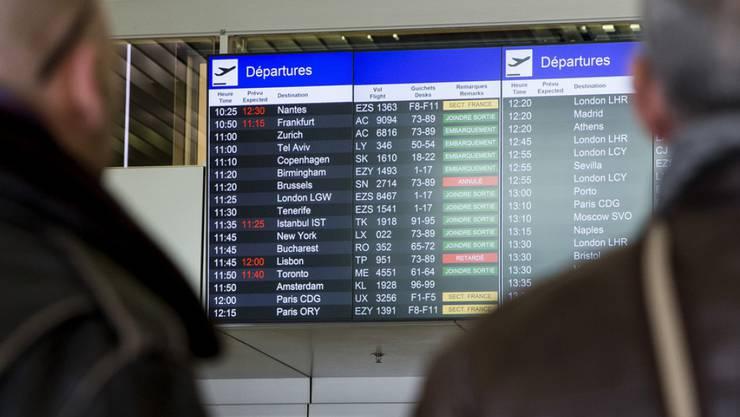Blick auf die Anzeigetafel: Mehrere Flüge in Genf mussten wegen eines heftigen Sturms umgeleitet oder gestrichen werden. (Archiv)