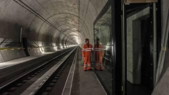 Das Tunnelfenster in der Weströhre des Gotthard-Basistunnels befindet sich bei Amsteg. Dort können Gäste hinter Glas die mit bis zu Tempo 200 vorbeibrausenden Züge beobachten.