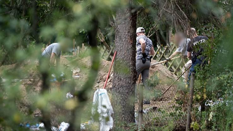 Im Fall der verschwundenen Maddie McCann setzt die Polizei die Durchsuchung einer Kleingarten-Parzelle in Hannover fort. Foto: Peter Steffen/dpa - ACHTUNG: Personen wurden aus rechtlichen Gründen gepixelt