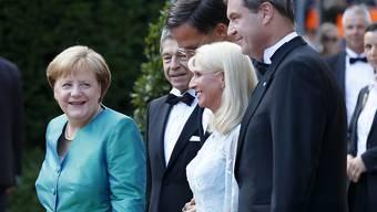 Prominenz auf dem roten Teppich: Bundeskanzlerin Angela Merkel und Ehemann Joachim Sauer, der niederländische Premierminister Mark Rutte, Karin Baumüller-Söder und ihr Ehemann, der bayrische Ministerpräsident Markus Söder (von links), treffen beim Richard-Wagner-Festspielhaus ein.