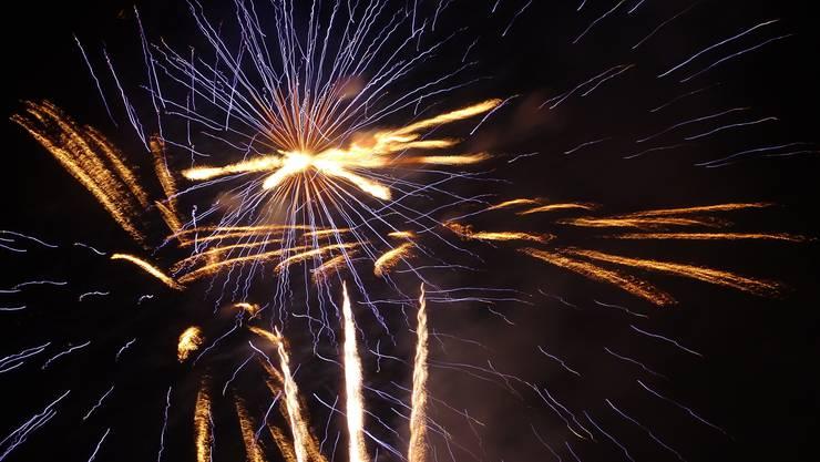 Feuerzauber zum 1. August über der Burgruine Stein in Baden.