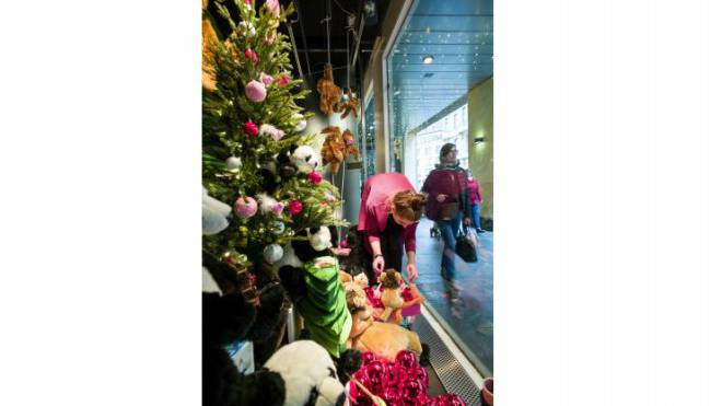 Das Kinder-Schaufenster im Globus am Marktplatz wird weihnächtlich hergerichtet. Foto: Kenneth Nars