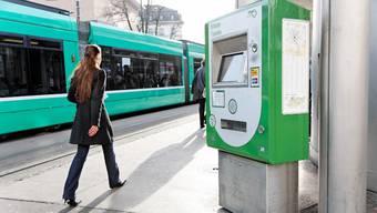 Viele Passagiere lösen ihr U-Abo gleich an einem Billettautomaten wie hier am Barfüsserplatz. Neu wird es auch in Deutschland gültig sein. Archiv