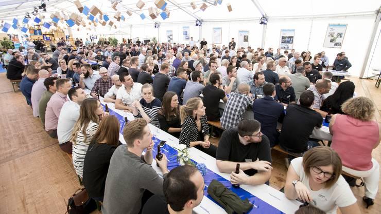 250 Gäste versammelten sich im Festzelt neben der Armaturenfabrik der Firma Nussbaum in Trimbach zur Feier des Doppelschnapszahl-Jubiläums.