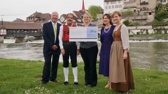 Checkübergabe: Josef Peyer (Rotary-Club Reusstal), Valentin Brunner (Pressechef OBB), Lucia Wohlgemuth (Sternschnuppe), Cecilia Berglund (Solistin, Kurfürstin), Myriam Rufer-Staubli (Präsidentin OBB), von links.