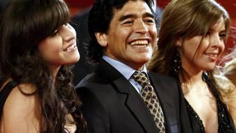 Fussballlegende Diego Maradona (M) mit seinen Töchtern aus erster Ehe, Dalma (r) und Giannina (l). Weil Dalma Maradonas jetzige Ehefrau nicht zu ihrer Hochzeit eingeladen hat, geht Maradona schweren Herzens auch nicht hin. (Archivbild)