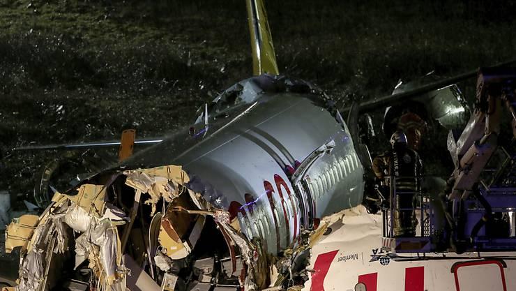 Die Zahl der Todesopfer beim Flugzeugunglück in Istanbul ist auf mindestens drei gestiegen.